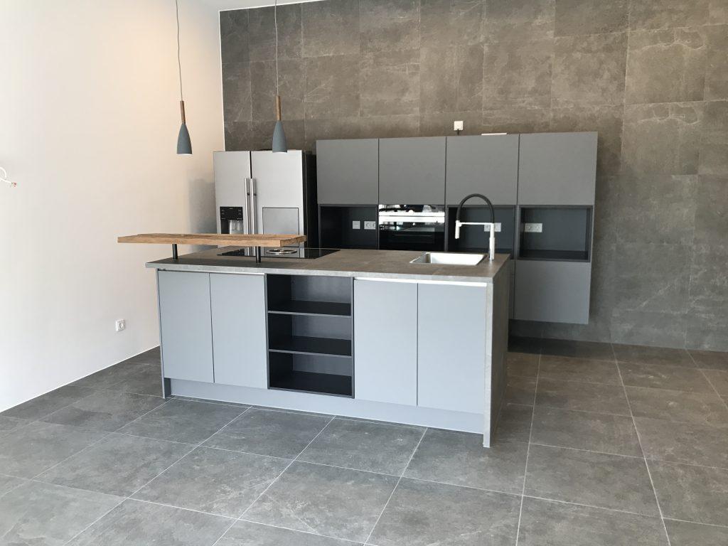 Bild von einer matt-grauen Küche