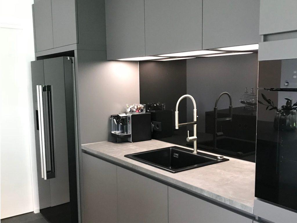 Bild von einer grauen Küche