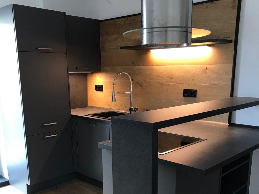 Bild von einer mattschwarzen Küche