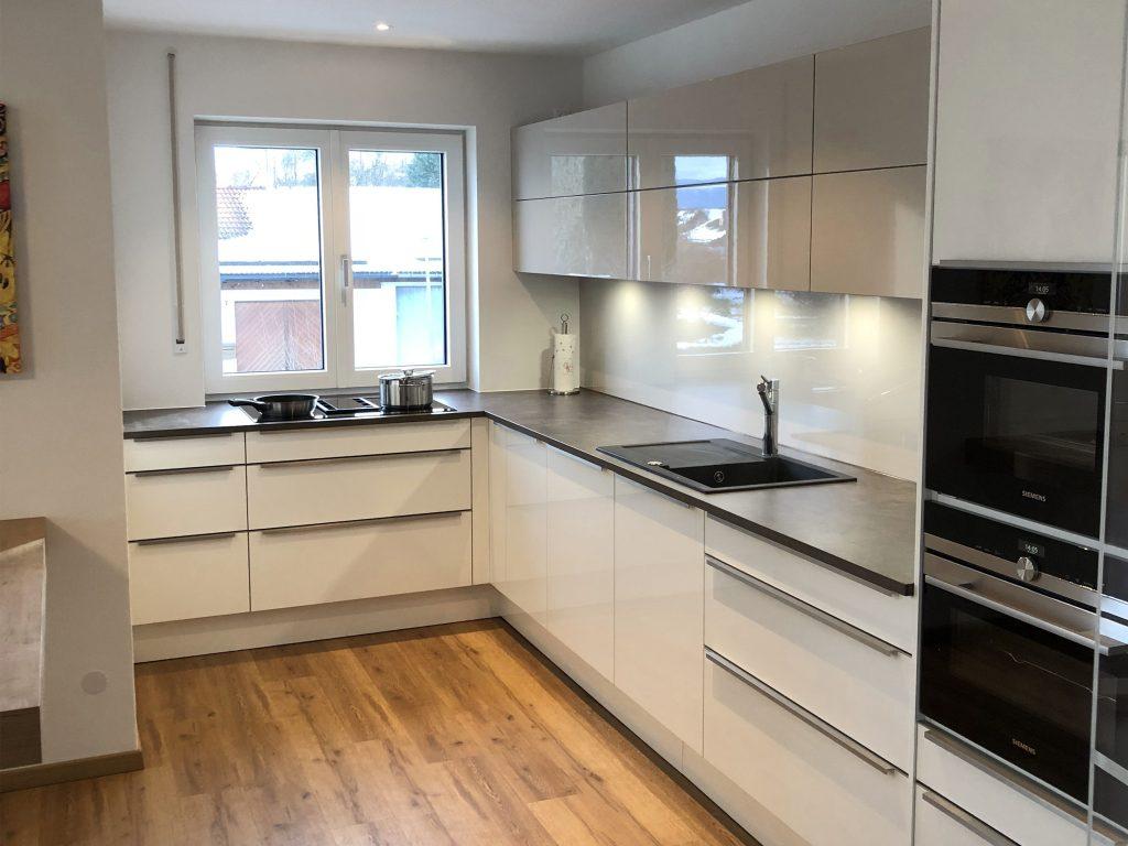 Bild von einer weißen Küche